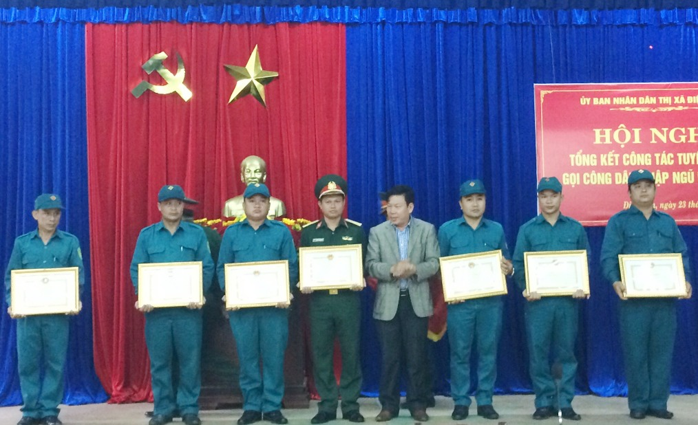 Khen thưởng các đơn vị làm tốt công tác tuyển quân