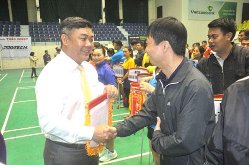 Ban tổ chức giải trao cờ động viên các đoàn thi đấu đạt kết quả tốt.Ảnh: T.Vy