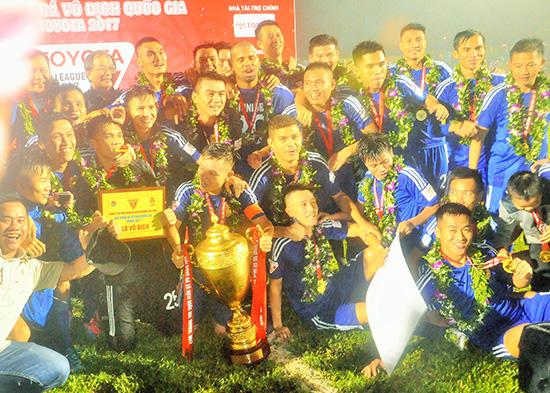 Niềm vui đoạt cúp vô địch lịch sử của các cầu thủ Quảng Nam. Ảnh: T.VY