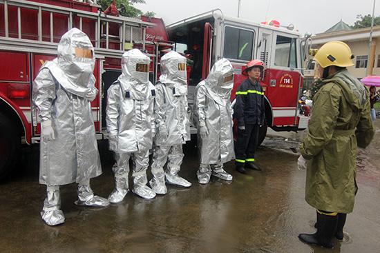 Lực lượng Cảnh sát Phòng cháy chữa cháy và cứu hộ cứu nạn sẵn sàng ứng phó sự cố bức xạ, hạt nhân tại buổi diễn tập. Ảnh: T.C