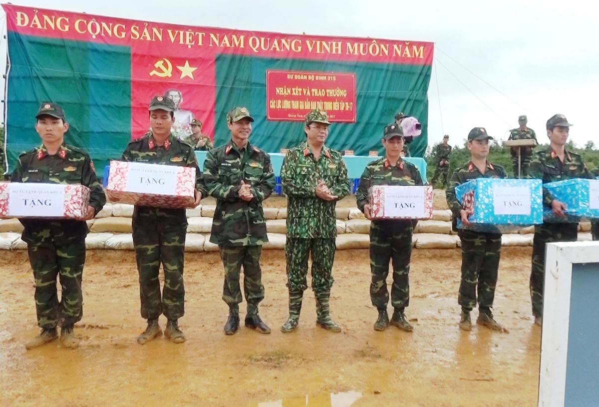 Trung tướng Trần Quang Phương – Chính ủy Quân khu 5 trao quà tặng các đơn vị  tham gia trong diễn tập sáng 27/11.