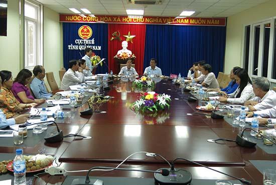 Một cuộc họp bàn tìm giải pháp tăng thu thuế do Thường trực HĐND tỉnh chủ trì làm việc với Cục Thuế Quảng Nam. Ảnh: T.DŨNG
