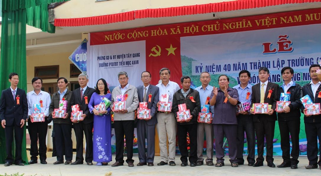 Cựu học sinh tặng quà lưu niệm cho các thế hệ cựu giáo viên Hiền Thúy