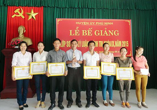 Để nâng cao chất lượng, các cấp ủy đảng ở Phú Ninh luôn quan tâm bồi dưỡng lý luận chính trị cho đội ngũ cán bộ cơ sở. Ảnh: H.GIANG