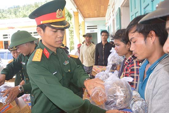 Tuổi trẻ lực lượng vũ trang tỉnh tặng quà cho nhân dân xã Trà Ka, Bắc Trà My. Ảnh: T.ANH