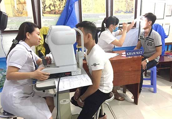 Khám sức khỏe cho thanh niên trong độ tuổi nghĩa vụ quân sự.