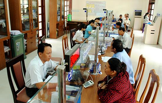 Giải quyết hồ sơ tại Bộ phận tiếp nhận và trả kết quả UBND thị xã Điện Bàn. Ảnh: T.L
