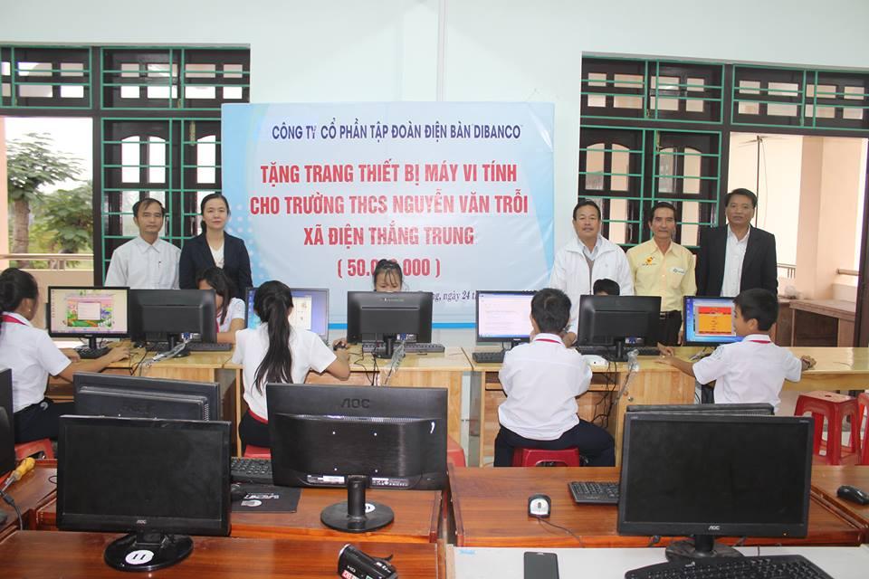 Trao máy tính cho học sinh trường THCS Nguyễn Văn Trỗi. Ảnh: T.M