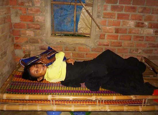 Vì không có tiền để tiếp tục điều trị tại bệnh viện, bà Hồ Thị Trà phải về nhà. Ảnh: Đ.Q