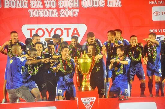 Quảng Nam hoàn toàn xứng đáng giương cao cúp vô địch. Ảnh: AN NHI