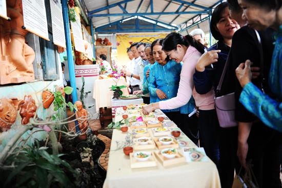 Đông đảo người dân tham gia trình diễn về dấu ấn ẩm thực Hội An. Ảnh: MINH HẢI