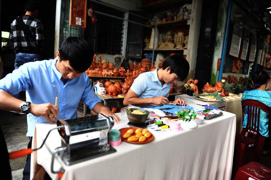 Hai chàng trai trẻ Nguyễn Viết Lâm và Lê Minh Nhật trình diễn chế tác về ẩm thực bằng đất sét. Ảnh: MINH HẢI