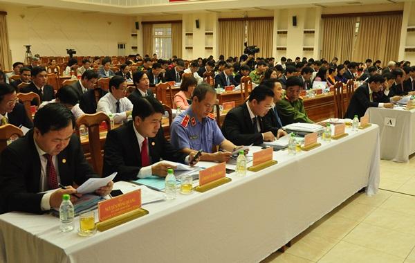 Ảnh: Trong này họp đầu tiên, các đại biểu nghe đại diện UBND tỉnh trình bày các báo cáo, tờ trình và các Ban HĐND tỉnh