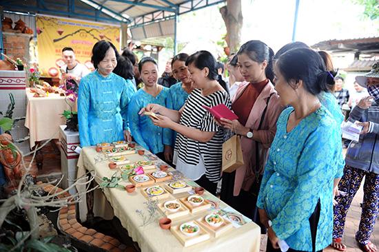 """Bộ sản phẩm """"Dấu ẩn ẩm thực Hội An"""" được giới thiệu tại làng gốm Thanh Hà hôm qua 4.12.  Ảnh: HẢI QUÂN"""