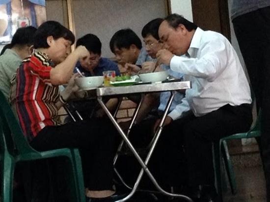Prime Minister Nguyen Xuan Phuc at Giao Thuy Quang noodle restaurant at 1B Ba Đình (Đa Nang).