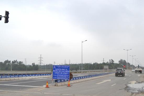 Bảng thông báo được VEC đặt khu vực giao nhau giữa quốc lộ 14B với đường cao tốc tại Túy Loan, TP.Đà Nẵng. Ảnh: CT