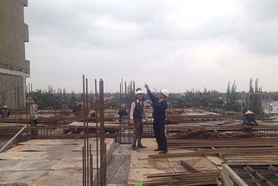 Cán bộ kỹ thuật của công ty tại hiện trường xây dựng Bệnh viên Nhi Quảng Nam.