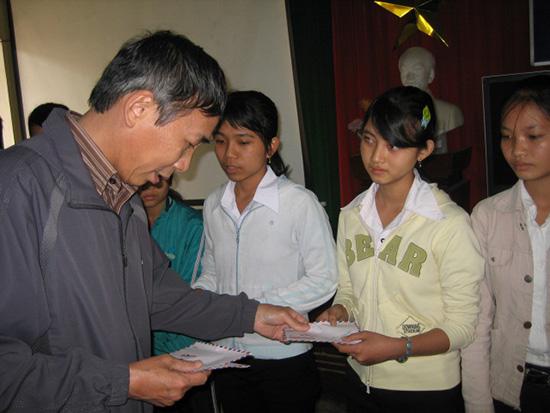 Thanh Thảo  tặng quà cho trẻ em Sơn Mỹ.
