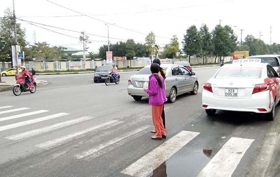 Người đi bộ qua đường đúng Luật Giao thông đường bộ. Ảnh: C.N