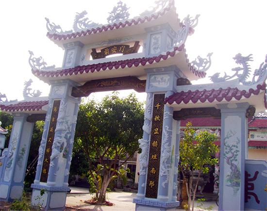 Cổng nhà thờ tộc Phạm ở Đồng Tràm. Ảnh: Lê Thí