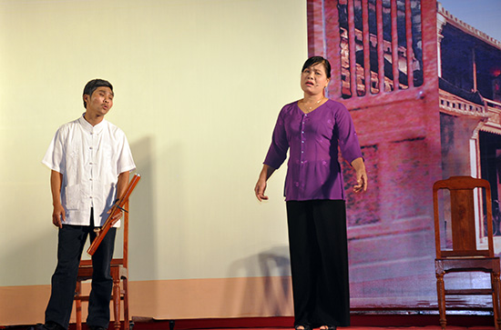 Diễn viên Ngọc Huệ (bên phải)trong vở kịch Hội An không khói thuốc lá tại Liên hoan Đội tuyên truyền lưu động tỉnh Quảng Nam năm 2013.
