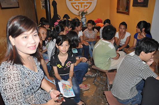 Diễn viên Ngọc Huệ hướng dẫn lớp học dân ca bên Chùa Cầu.