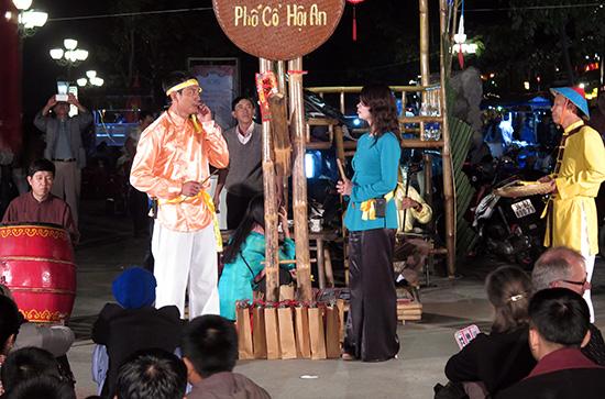 Đội biểu diễn nghệ thuật lưu động Hội An – đặc trưng biểu diễn nghệ thuật bài chòi luôn có đất sống, vì vậy luôn thu hút nhiều thế hệ tham gia.