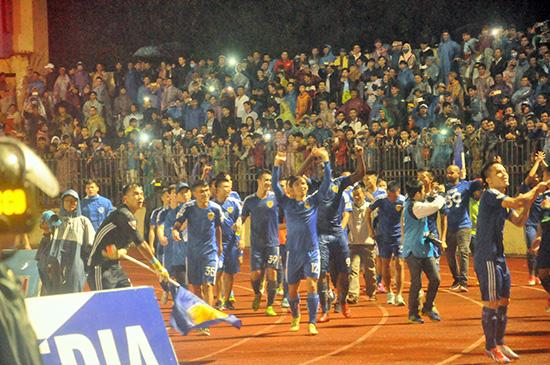 Đoạt chức vô địch V-League nhưng các cầu thủ Quảng Nam và người hâm mộ xứ Quảng không có cơ hội hít thở không khí tại đấu trường AFC Champions League.