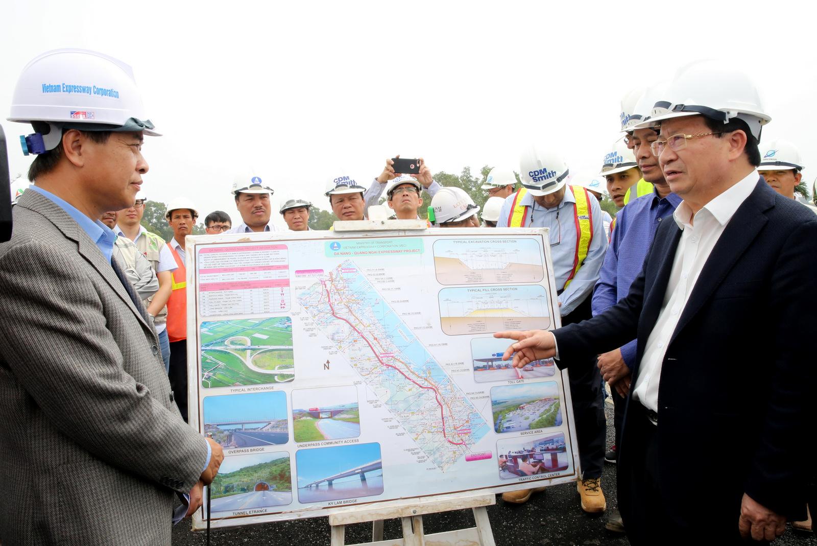 Phó Thủ tướng yêu cầu VEC đẩy nhanh tiến độ, bảo đảm chất lượng công trình. Ảnh: VGP/Xuân Tuyến