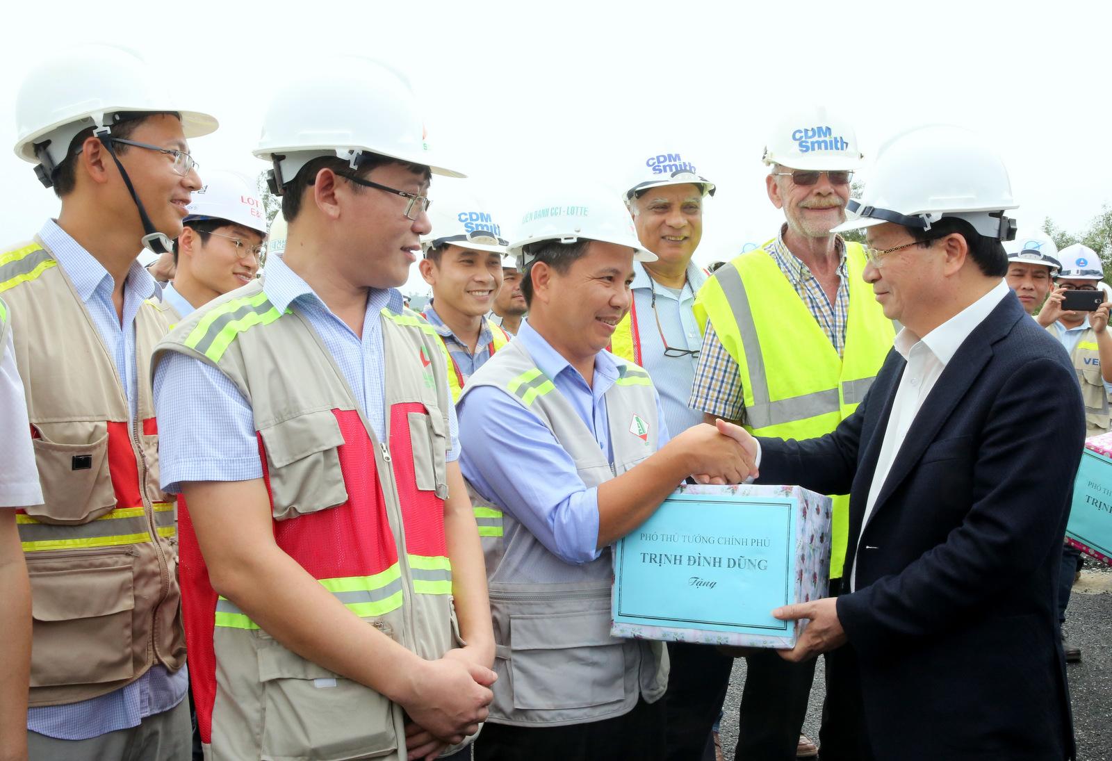 Phó Thủ tướng Trịnh Đình Dũng thăm hỏi, tặng quà, động viên các nhà thầu đang thi công trên công trình. Ảnh: VGP/Xuân Tuyến