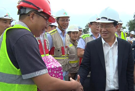 Phó Thủ tướng Trịnh Đình Dũng động viên công nhân và đại diện nhà thầu. Ảnh: QUÂN ANH