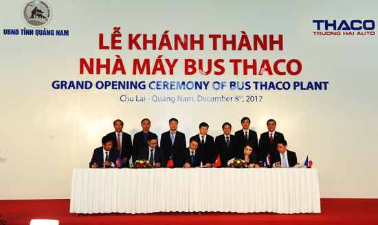 Signing agreements to export Vietnam bus to Southeast Asian market.