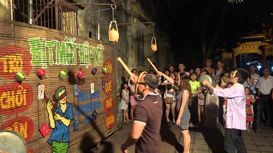 Folk games are a useful way to attract visitors to Hoi An
