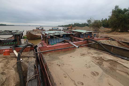 Hàng loạt vụ khai thác cát trái phép được lực lượng CSGT Công an tỉnh và các đơn vị khác phát hiện, xử lý trong năm 2017. Ảnh: T.C