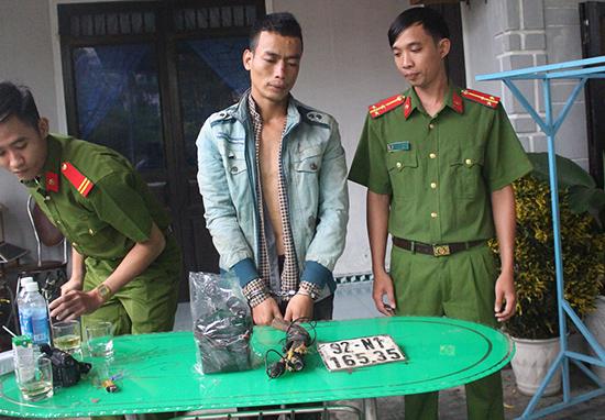 Đối tượng trộm chó cùng tang vật bị Công an huyện Núi Thành bắt quả tang vào cuối tháng 10 vừa qua. Ảnh: C.Đ