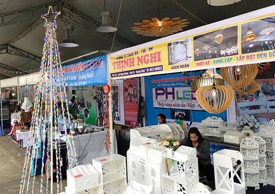 Một số gian hàng khởi nghiệp tại Lễ hội mua sắm Quảng Nam 2017. Ảnh: VINH ANH