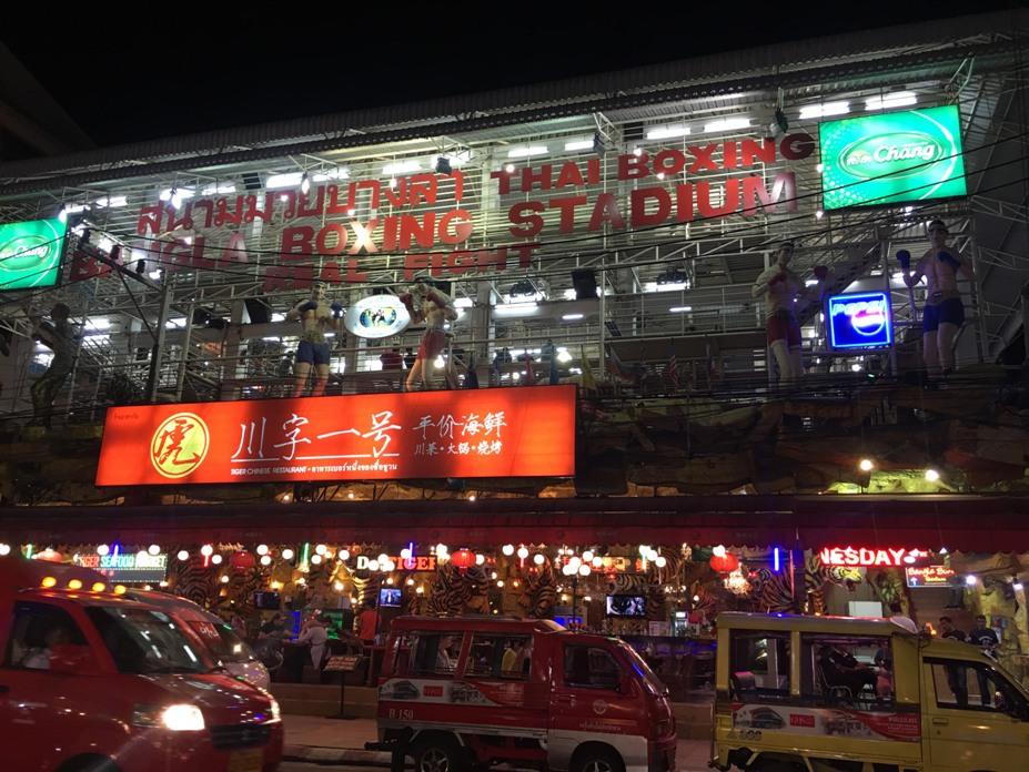 Ảnh 1: Phố đêm Soi Bangla. Bạn sẽ gặp được rất nhiều người Việt Nam định cư và mưu sinh ở đây. Thêm một điều đặc biệt nữa, ở Phuket, bạn sẽ không hề thấy bất cứ hình ảnh người bán hàng rong, người đánh giày hay ăn xin nào.