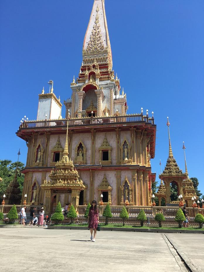 Chùa Chalong là ngôi chùa nổi tiếng của Phuket, được xây dựng từ năm 1837 để thờ hai vị thầy tu được người dân tôn kính: Luang Set Chaem và Luang Chuang. Đến đây du khách còn được tham dự tục lệ đốt pháo cầu may, và được chơi đùa cùng rất nhiều chó mèo được người dân nuôi xung quanh chùa.
