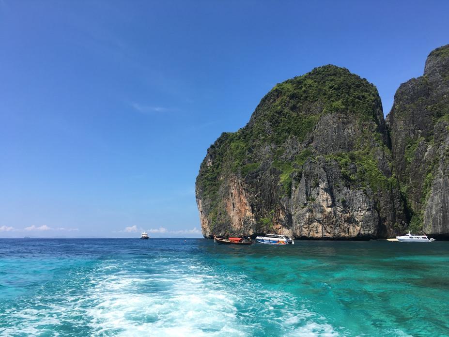 Tour khám phá đảo Phi Phi: Quanh Phuket có rất nhiều hòn đảo nhỏ nhưng Koh Phi Phi là lớn nhất và thu hút rất nhiều du khách. Bạn có thể tự mua vé tàu ra Koh Phi Phi từ bến phà Pier Rassada (cách trung tâm thị trấn khoảng 5km). Tuy nhiên, bạn nên mua theo tour trong ngày. Với dịch vụ này bạn sẽ được đưa đi thăm các đảo: Koh Phi Phi, Jame Bond, Bamboo Island, Khai Nok.