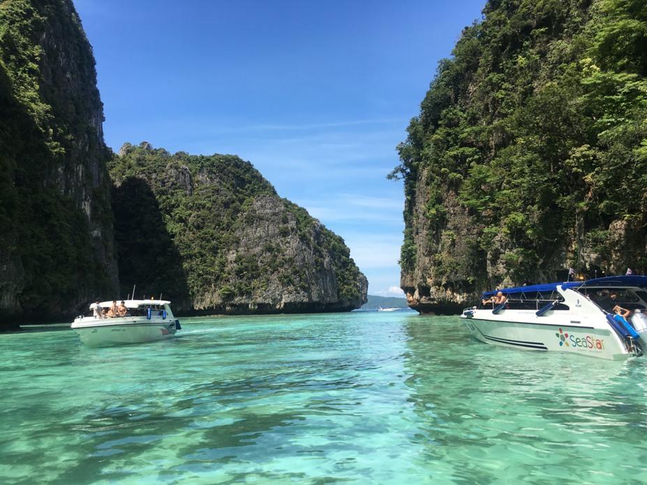 Du khách sẽ choáng ngợp trước vẻ đẹp hoang sơ và làn nước xanh như ngọc của các đảo. Số lượng thuyền từ đất liền ra các đảo nhìn từ xa như tàu mắc cửi.