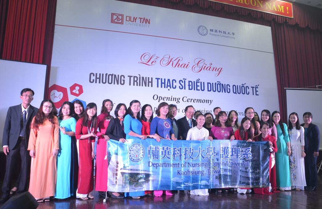 30 học viên khóa học chụp ảnh lưu niệm cùng các giảng viện ĐH Duy Tân và ĐH Fooyin –Đài Loan ngày 9.12.2017