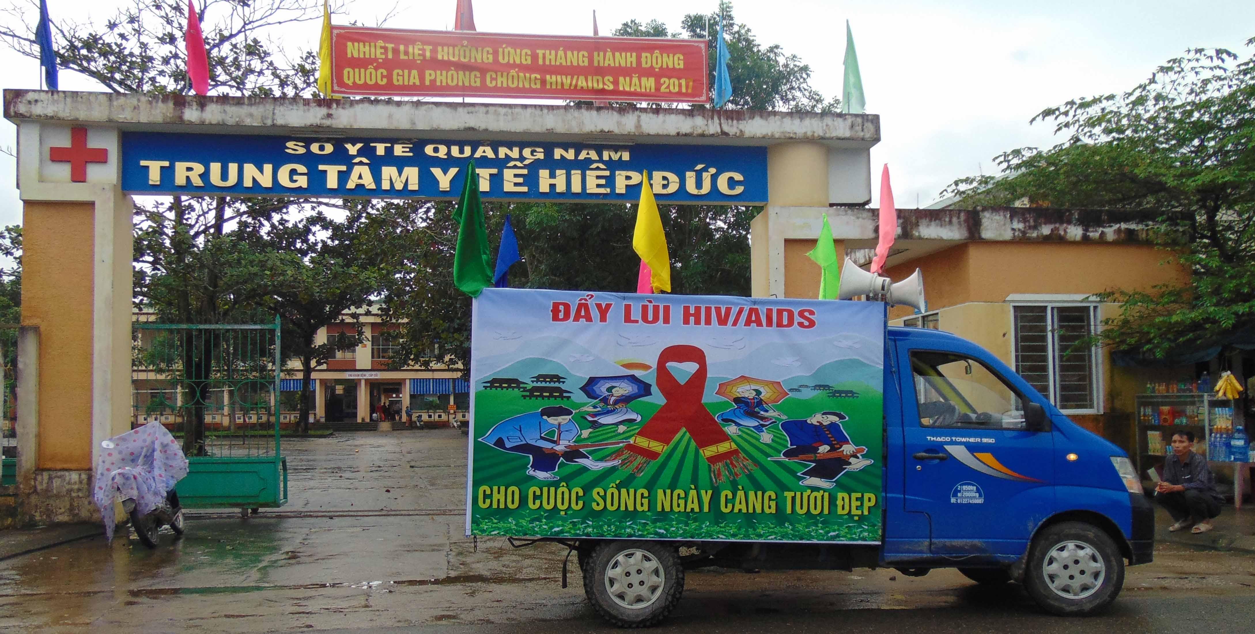Trung tâm Phòng chống HIV/AIDS tỉnh tuyên truyền lưu động.