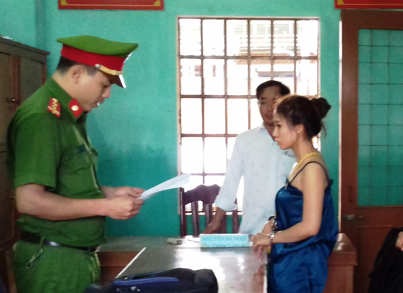 Cơ quan chức năng đọc lệnh bắt tạm giam đối với đối tượng Trinh. Ảnh: CA cung cấp