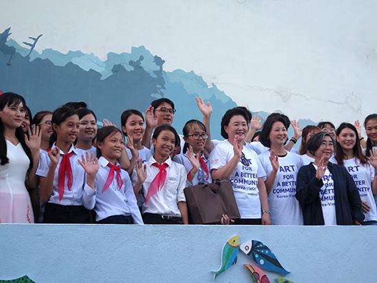 Phu nhân Tổng thống Hàn Quốc trong chuyến thăm Làng bích họa Tam Thanh vào tháng 11.2017 - một trong những hoạt động ngoại giao quan trọng, tạo cơ hội để Tam Thanh, Tam Kỳ được nhiều người biết đến.  Ảnh: LÊ QUÂN