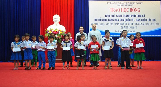 South Korean International Lotus Village organization offers scholarships to difficult pupils in Tam Ky city
