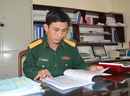 Thượng úy QNCN Phan Đình Hồng tích cực nghiên cứu, nâng cao trình độ chuyên môn nghiệp vụ.