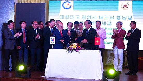 Chủ tịch UBND tỉnh Đinh Văn Thu ký kết hợp tác với các tỉnh, thành và giao lưu với các nhà đầu tư Hàn Quốc.Ảnh: T.D