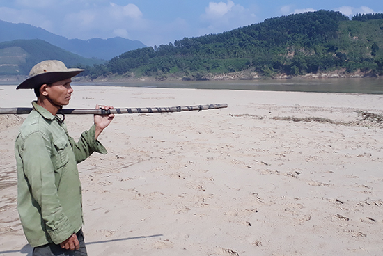 Nông dân xã Quế Lâm lo lắng khi đất canh tác bị cát vùi lấp nặng.