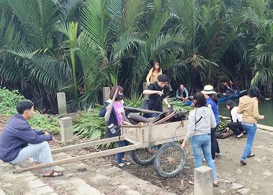 Tuổi trẻ xã Cẩm Thanh ra quân dọn vệ sinh khu vực rừng dừa. (Ảnh: Đoàn xã Cẩm Thanh)