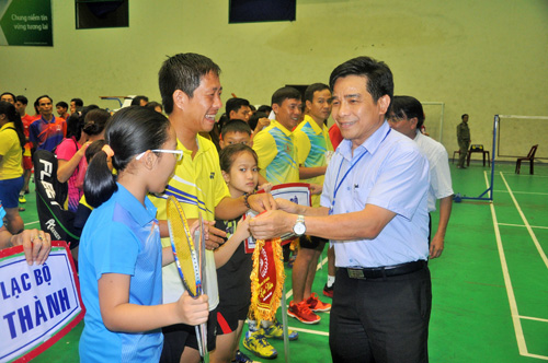 Chủ tịch Liên đoàn Cầu lông tỉnh Quảng Nam Lê Văn Dũng trao cờ lưu niệm cho các đoàn. Ảnh: T.Vy